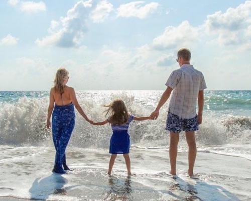 famille en vacances qui va profiter de faire garder son enfant
