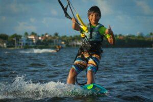enfant qui fait du Kite-surf comme activité pendant les vacances