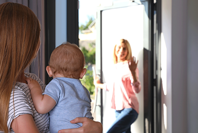 Jeune fille au pair avec parent et enfant