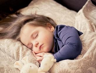 surveillance d'un enfant par une Nounou top, babysitting et garde d'enfant internationale avec les jeunes au pair